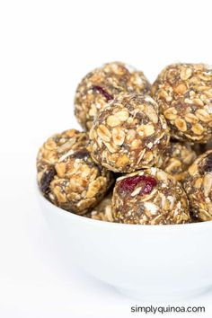 A recipe for healthy energy bites that uses gluten-free muesli, quinoa flakes, peanut butter, dates and other nutritious ingredients. They& delicious! Healthy Vegan Snacks, Healthy Baking, Healthy Dinner Recipes, Dog Food Recipes, Clean Recipes, Breakfast Recipes, Paleo, No Bake Snacks, Easy Snacks