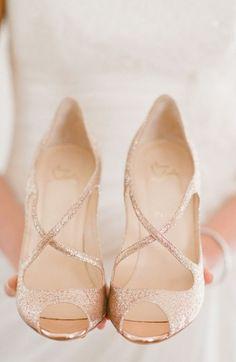 Como escolher o sapato de noiva  Toda noiva deseja estar impecável no seu grande dia e voltam praticamente toda a sua atenção para a busca do vestido de noiva perfeito, mas um outro ponto muito importante e que deve ser bem pensado é o sapato,...