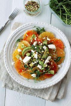 Hyvän olon salaatti syntyy makeista appelsiineista ja pehmeästä avokadosta. Ripottele salaatin päälle fetaa ja pistaasipähkinöitä.