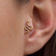 Oreja de chica con más de un piercing. earrings for the ears. types of earrings for the ears. Piercings for the ears. Tragus Piercings, Piercing Tattoo, Percing Tragus, Piercing No Tragus, Faux Piercing, Orbital Piercing, Pretty Ear Piercings, Peircings, Girl Piercings