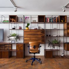 Trinca com mesa e bar retrátil, tv nichos prateleiras gavetas e é claro vasos…