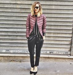 French Blogger Anne-Laure from www.adenorah.com wears a UNIQLO Ultra Light Down Compact jacket in wine #ULD