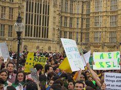 #atosdeapoio - 18 de junho 2013 - Em Londres, centenas se manifestaram ao lado do Palácio de Westminster, o prédio do Parlamento (Foto: Dri Sinatra/Facebook / Reprodução)