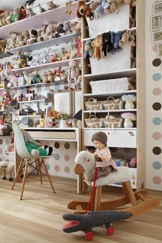 Decoração de: Quarto de criança - estante de bichos de pelúcia; Casa de Valentina