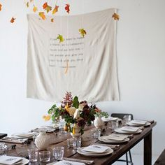 Hosting Thanksgiving can be stressful. The least we can do is to help set your table. These 7 gorgeous Thanksgiving tablescapes are easy to re-create Thanksgiving Table Settings, Thanksgiving Tablescapes, Thanksgiving Decorations, Diy Thanksgiving, Holiday Tablescape, Decoration Inspiration, Autumn Inspiration, Decor Ideas, Adornos Halloween