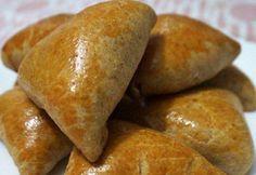 22 receitas de esfiha saborosas para você se sentir no Oriente Médio Bread, Banana, Ethnic Recipes, Cake Pop, Food, Broccoli Chicken, Garlic Bread, Sopes Recipe, Salt Rising Bread
