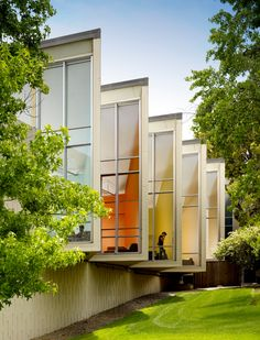 Facebbok Office 150,000-square-foot space at the Stanford Research Park, with the purpose to facilitate the communicationwithout sacrificing the character of each department.