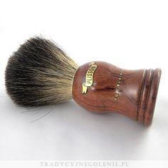 Pędzel znanej na całym świecie marki Plisson, rozmiar 10. Ręcznie robiony, z włosiem typu Black Badger umieszczonym w metalowym pierścieniu, by mocno trzymał włosie w optymalnej pozycji. Klasyczna drewniana rączka z logo Plissona.