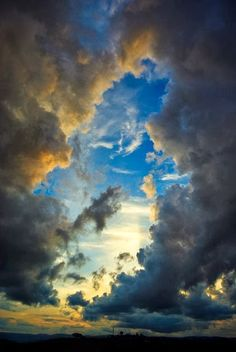 20 Mesmerizing Cloud Patterns in the Sky 画面下部の青っぽい雲は、厚いから、高度低めの位置にある。よって、観察者が太陽の方向を向いていても、底面が一番濃く、見えている側面も暗くなる。