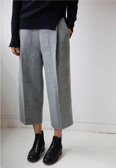 @evatornado minimal outfit - gray pants and black jamper