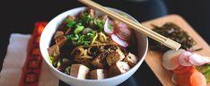Ramen-keitto on monivaiheinen, mutta eri työvaiheet verrattain helppoja. Kasaa eri ainekset kulhon pohjalle ja kaada kuuma liemi päälle. Keitto syödään lusikalla ja puikoilla. Ainekset: 1 pkt Jalotofu Kylmäsavu -tofua 150 g ramen- tai udonnuudeleita 1 sipuli 1 palsternakka 3 rkl misotahnaa 1 l vettä 2 retiisiä siivuina ½ kasvisliemikuutio 1 dl kuivattuja siitakesieniä tai suppilovahveroita...  Read more »