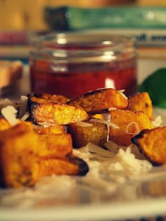 Ein Stück vom Herbst: Ofenkürbis mit Tomatentatar und Parmesan Chutney, Parmesan, Sweet Potato, Mango, Potatoes, Magazine, Vegetables, Halloween, Happy