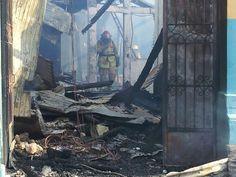 Escombros de las dos casas incendiadas esta tarde en el centro de San Salvador vía @nartinwasarteen