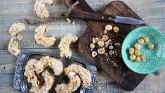 Také se vám při pečení stává, že zůstanou navíc nějaké bílky? Připravte znich tyto křehounké oříškové rohlíčky. Můžete se do nich pustit ina poslední chvíli, nepotřebují uležet. Cookies, Desserts, Food, Crack Crackers, Tailgate Desserts, Deserts, Biscuits, Essen, Postres