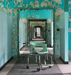"With his series ""American Asylums"", the photographer Jeremy Harris documents the abandoned psychiatric hospitals throughout the United States, exploring with beautiful urbex photographs the ""moral architecture"" of the 19th century"