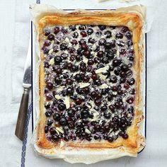 Deze makkelijke plaattaart is gevuld met heerlijke blauwe bessen, maar je kunt het vullen met elk fruit dat je lekker lijkt! 1 Verwarm de oven voor op200 °C. 2 Rol het bladerdeeg op hetmeegerolde bakpapier uit opeen bakplaat,...