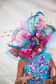 The Boldest, Brightest Outfits From the Kentucky Derby The Best Street Style From the Kentucky Derby 2018 Lili Holzer-Glier shot the best looks at the Kentucky Derby, from jaw-dropping fascinators to neon suits. Kentucky Derby Outfit, Derby Attire, Kentucky Derby Fashion, Derby Outfits, Kentucky Derby Fascinator, Best Street Style, Cool Street Fashion, Chapeaux Pour Kentucky Derby, Fascinator Hats