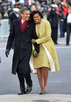 President Barack Obama and first lady Michelle Obama walk in the Inaugural Parade on January 2009 in Washington, DC. Obama was sworn in as the President of the United States, becoming the first African-American to be elected President of the US. Michelle Und Barack Obama, Barack Obama Family, Michelle Obama Fashion, Obama President, Barack Obama Birthday, Obamas Family, Black Presidents, American Presidents, Strong Women