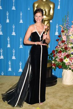 Julia Roberts In Valentino at the 2001 Academy Awards   - ELLE.com