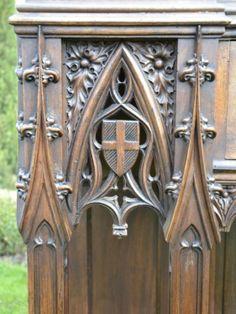 Console Gothique en Noyer Sculpté