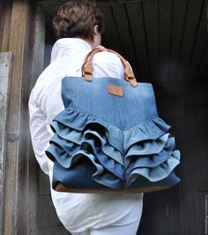 like a bag you can create out of your old frilly skirts or jeans. Diy Jeans, Jean Purses, Purses And Bags, Diy Sac, Denim Handbags, Denim Ideas, Denim Crafts, Unique Purses, Recycled Denim
