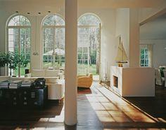 Dzięki dużym oknom pomieszczenia są jasne, a proste meble dodają klasy i czynią pomieszczania przytulnymi.  The large windows make the rooms spacious and bright, also the simple furniture add charm and coziness.  #homestate #homeestate #realestate #windows #bright #livingroom #cozy #house #design #interior