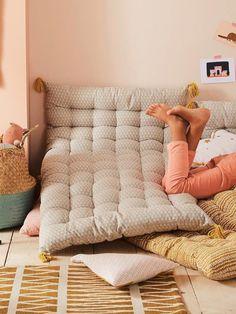 Aménager un coin lecture pour enfant avec un matelas de sol - Un max d'idées Mattress On Floor, Futon Mattress, Bed On Floor, Kids Floor Cushions, Cot Blankets, Asian Decor, Decorative Storage, Kids Corner, Reading Nook