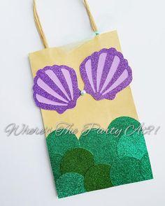 ¡Enviar a tus invitados con este bolso del favor lindo! Perfecto para una fiesta temática Bajo el mar o Sirena. Aproximadamente 5 pulgadas de ancho y 8 pulgadas de largo. Decorada con lazo de cartulina y Tul lentejuelas premium. Órdenes de encargo son bienvenidas en diferentes temas,