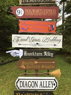 I created an tall DIY Harry Potter Directional Sign for a friends wedding. The sign features over 10 locations in the Harry Potter world! Harry Potter Fiesta, Deco Harry Potter, Harry Potter Thema, Cumpleaños Harry Potter, Harry Potter Classroom, Harry Potter Bedroom, Harry Potter Wedding, Harry Potter Birthday, Harry Potter Halloween