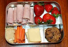 LunchBots Cinco with Applegate Farms ham roll ups, strawberries, paleo chocolate chip cookies, raw cheddar and carrots sticks with hummus.