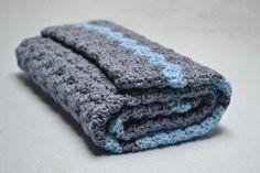 Je to kluk! Ručně háčkovaná deka pro nejmenší loupežníky. Je vyrobena z velmi jemných měkkých přízí: Merino (50% merino vlna, 50% akryl) a Comfort (100% akryl). Hodí se také jako dárek pro nejmenší človíčky, co se právě rozhodli vykouknout na tenhle svět :-) Rozměry: šířka 48 cm délka 63 cm  Použité barvy: tmavá šedá, světle modrá