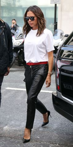 Victoria Beckham showed us how stylish a classic white Tshirt can be when paired with perfect leather trousers and black pumps Victoria Beckham Outfits, Moda Victoria Beckham, Style Victoria Beckham, Victoria Beckham Fashion, Victoria Beckham Hairstyles, Victoria Beckham Collection, Kate Beckinsale, Viktoria Beckham, Leather Trousers Outfit