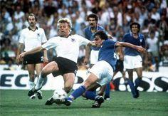 1982 Tardelli se barre para recuperar el balon en la final de Madrid