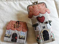 Hola chicas!!!! Supongo que todo bien,   con muchas ganas de coser????   Esta semana me ha dado por la constucción!!! dos casitas!!!!   u... Japanese Patchwork, Patchwork Bags, Quilted Bag, Patch Quilt, Applique Quilts, Embroidery Applique, House Quilts, Fabric Houses, Fabric Crafts