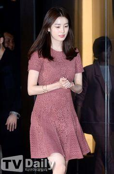 """Các """"nữ hoàng rating"""" màn ảnh Hàn như Ha Ji Won, Park Shin Hye, Han Hyo Joo không chỉ tài năng mà còn xinh đẹp, ăn mặc sành điệu. Modest Dresses For Women, Cute Dresses, Casual Dresses, Fashion Dresses, Dress Brokat Modern, Cute Fashion, Girl Fashion, Classic Work Outfits, Lace Dress"""