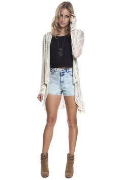 Short jeans hot pant com marmorizado leve, top cropped preto de viscose e capinha longa de retilínea cáqui com mix de pontos. Básica, com o toque de referência boho que a gente adora.
