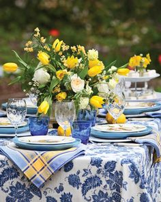 Splashes of yellow in the way of lemons and lively tulips perk up this blue-and-white table set in the garden. See more of our favorite ways to decorate with Classic Blue, Pantone's color pick for White Table Settings, Beautiful Table Settings, Outdoor Table Settings, Brunch Mesa, Yellow Table, Deco Table, Blue And White China, White Decor, Outdoor Dining