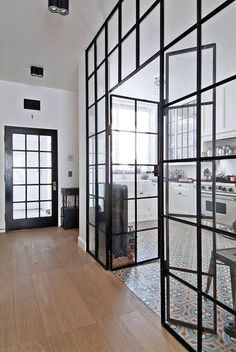 Une verrière intérieure de cuisine qui rappelle le décor de la porte principale