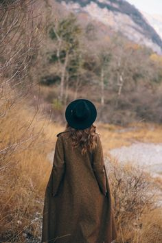 her wordlessness, her perfect love… Autumn Photography, Photography Poses, Kinfolk Style, English Country Style, Autumn Aesthetic, Fall Photos, Indie, Hats, Nature
