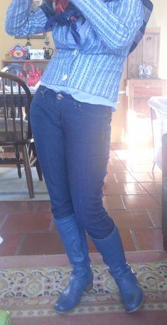 FEMINA - Modéstia e elegância: All blue: blazer listrado Lança Perfume + skinny lavagem escura + bota de montaria Cristófoli + lenço + camisa social