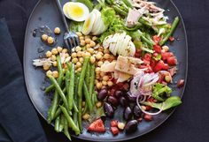 Salat mit Kichererbsen, Fisolen, Forelle und Oliven Cobb Salad, Recipes, Food, Leafy Salad, Chic Peas, Salads, Salad Ideas, Olives, Recipies