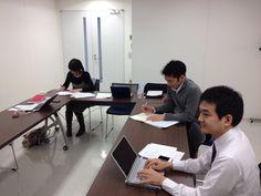 手前からTOEICの早川先生、中学英語の山田先生、海外ドラマの有子山先生。
