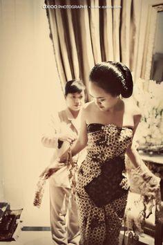Javanese wedding Javanese Wedding, Indonesian Wedding, Kebaya Lace, Batik Kebaya, Bali Wedding, Wedding Ceremony, Dream Wedding, Traditional Wedding, Traditional Outfits