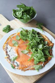 Spinazie-omelet met zalm en roomkaas - Beaufood Spinach omelette with salmon and cream cheese, Lunch Healthy Sweet Snacks, Healthy Recipes, Clean Eating Snacks, Healthy Eating, Healthy Fit, Good Food, Yummy Food, Food Inspiration, Food Print