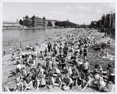 1951 - City Beach Amsterdam - Holland Zomerstrand aan de Prins Hendrikkade. Amsterdam Holland, City Beach, Black And White Photography, New York Skyline, Strand, Diving, Photographs, Black White Photography, Snorkeling