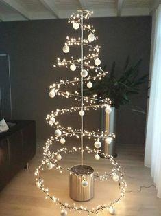 Ideas For Diy Christmas Tree Alternative Natal Creative Christmas Trees, Christmas Flowers, Diy Christmas Tree, Modern Christmas, Xmas Tree, Simple Christmas, Christmas Lights, Christmas Holidays, Christmas Decorations