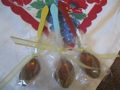 Week # 4 of my Thrifty Gift Fridays feature these Honey-Lemon Spoons. You may have all made those chocolate dipped spoons to go with hot. Chocolate Spoons, Chocolate Bomb, Chocolate Dipped, Honey Recipes, Tea Recipes, Bee Food, Honey Spoons, Tea Party Baby Shower, Bridal Shower