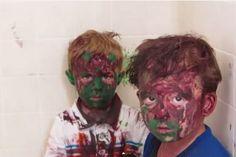 Padre no puede contener la risa mientras regaña a sus hijos todos pintados (Video)