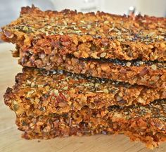 Vegan tomato and carrot crackers with nuts and seeds: gluten free, grain free, dairy free - dehydrate? Savory Snacks, Vegan Snacks, Healthy Snacks, Raw Food Recipes, Snack Recipes, Cooking Recipes, Jar Recipes, Freezer Recipes, Freezer Cooking