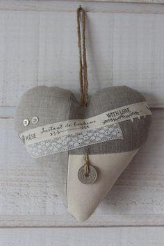 Coeur déco en lin (numéro 37) - Un grand marché Couture, Burlap, Creations, Reusable Tote Bags, Key Pouch, Printed Ribbon, Objects, Haute Couture, High Fashion